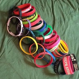 30 stretchy plastic bracelets varied themes